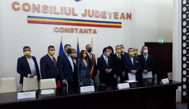 Primarul Vergil Chiţac şi consilierii locali depun jurământul - 2-1603983895.jpg