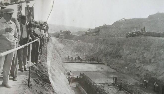"""Foto: Arhiva de Aur """"Cuget Liber"""". 1981 - Nicolae Ceaușescu, pe șantierul Centralei Cernavodă"""