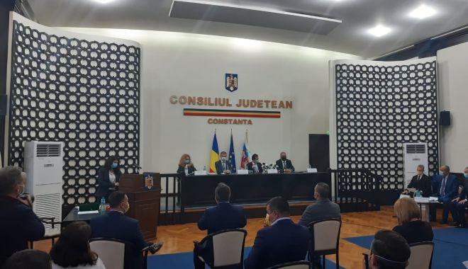 Primarul Vergil Chiţac şi consilierii locali depun jurământul - 3-1603982588.jpg