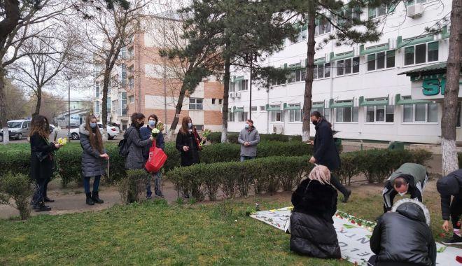 Mai mulţi liceeni au dus flori cadrelor medicale de la Spitalul Judeţean Vrancea, în semn de mulţumire - 3aprilie2021whatsappimage2021040-1617451291.jpg