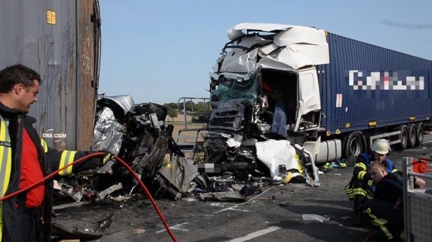 Carnagiu în Germania: 4 români au murit după ce mașina lor a fost prinsă între două TIR-uri - accident-1599896427.jpg