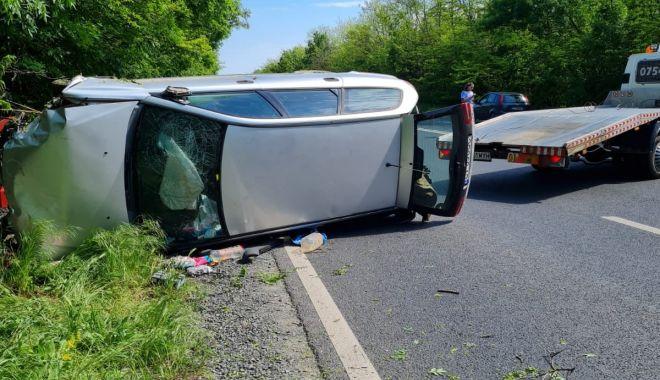 O mașină a ajuns în copac, după explozia unei anvelope! - accidenttuzla3-1621271180.jpg