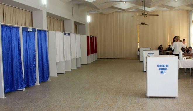 Foto: AEP stabilește operatorii de calculator din secțiile de votare
