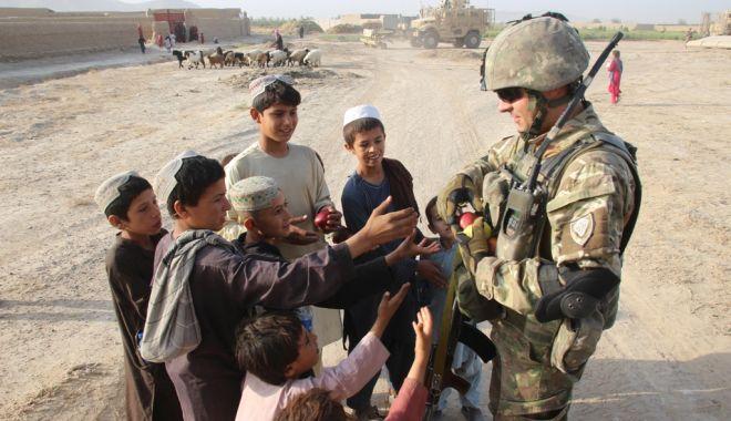 Foto: Militari români și americani, în sprijinul comunităților din provincia Kandahar