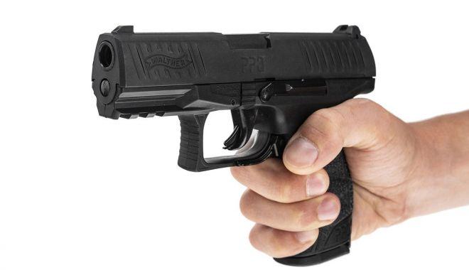 Împuşcături în faţa unei cafenele din Constanţa. Două persoane rănite - atrascupistolul-1605623320.jpg