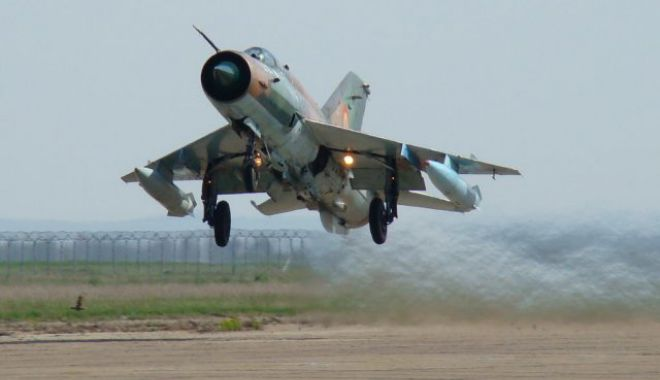 Foto: Premieră în aviația militară! Aterizare forțată noaptea, fără roata dreaptă