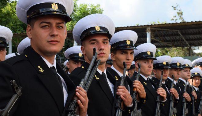 """Foto: """"Bobocii"""" de la Academia Navală și cei de la Școala Militară de Maiștri Militari depun jurământul"""