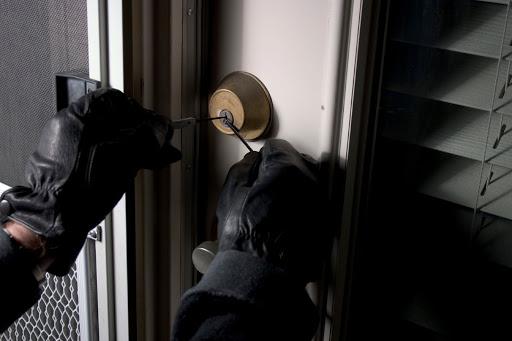 Un hoț a golit casa amicului: a furat de la televizor, la jocul Playstation! - casajefuita-1614267259.jpg