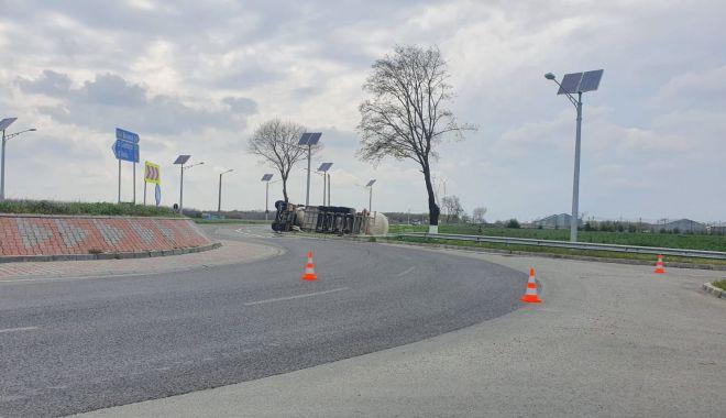 Cisternă plină cu combustibil, răsturnată în apropierea Aeroportului Mihail Kogălniceanu - cisterna15-1619531130.jpg
