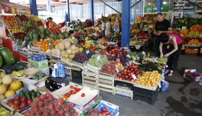 Comercianţii de legume-fructe, luaţi la bani mărunţi de autorităţi - comerciantilegumefructesursacoti-1602405875.jpg