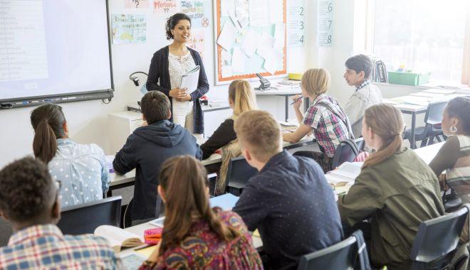 Editorial - Umilim profesorii ca să bucurăm elevii. Cine pe cine evaluează la catedră? - edit-1619113516.jpg