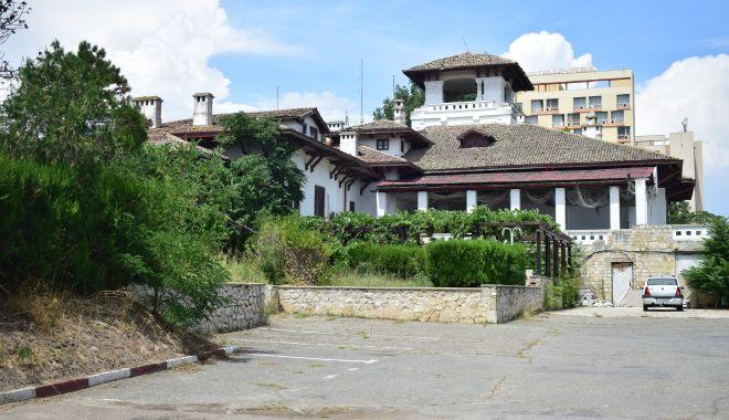 Istorie batjocorită, în Mamaia. Castelul regal, ferecat şi lăsat pradă ruinei - fond-1626377840.jpg