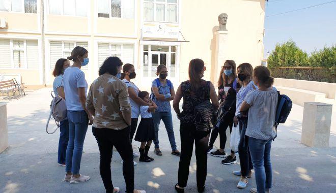 Scandal la o şcoală din Ovidiu! Directoarea a repartizat elevii de la clasele pregătitoare după bunul plac - fond-1631728620.jpg