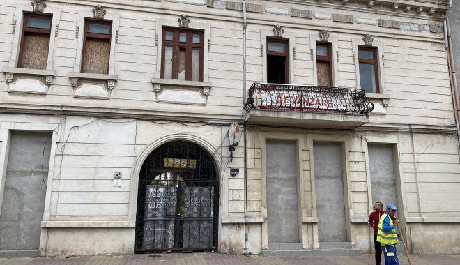 Foto - Hanul Balcan, ferecat şi abandonat de ani de zile. Cui îi mai pasă de bietul monument istoric?