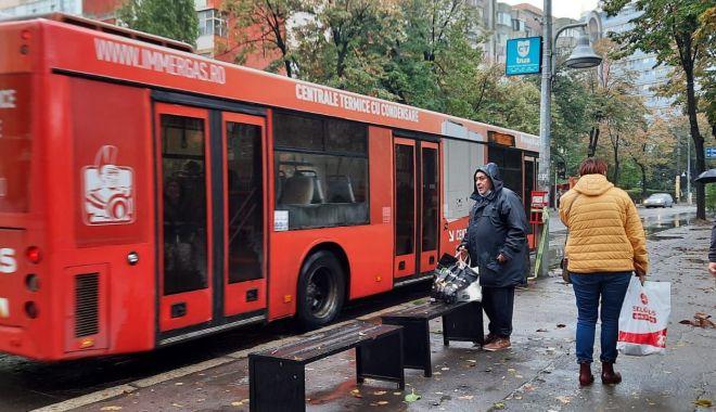 """Supărare mare în rândul călătorilor! """"Tremurăm în ploaie, nu avem refugii în stațiile de autobuz!"""" - fond-1634146172.jpg"""
