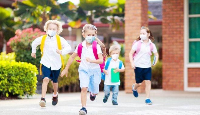 """Părinții sunt indignaţi: """"Copiii sunt chinuiți la ora de sport, cu masca pe față!"""" - fond1-1613319037.jpg"""