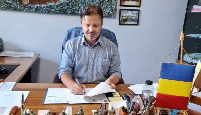 Mai multe proiecte importante demarate la Hârşova. Ce contracte a semnat primarul Viorel Ionescu - fondharsovainvestitii-1631641355.jpg