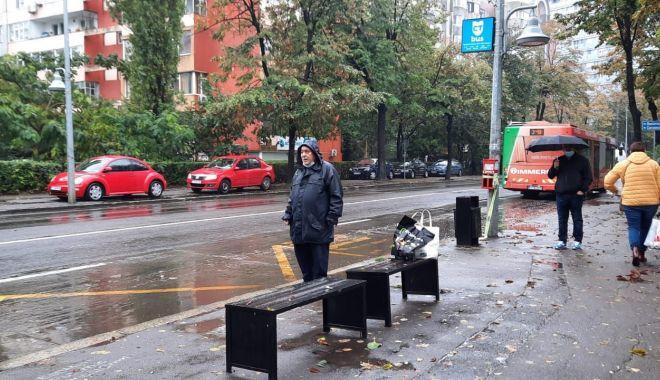 """Supărare mare în rândul călătorilor! """"Tremurăm în ploaie, nu avem refugii în stațiile de autobuz!"""" - fondstatiiautobuz2-1634138841.jpg"""