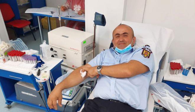 Foto: Gesturi de umanitate. Jandarmii şi pompierii donează sânge