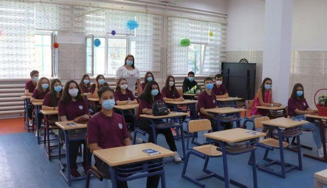 """Foto: În siguranţă! """"Bobocii"""" umanişti de la Liceul Internaţional, prima întâlnire cu profesorii lor"""