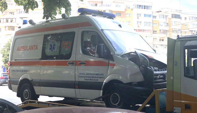 Foto: Ambulanță implicată într-un accident, în intersecție la ICIL. Autospeciala ducea un pacient la spital