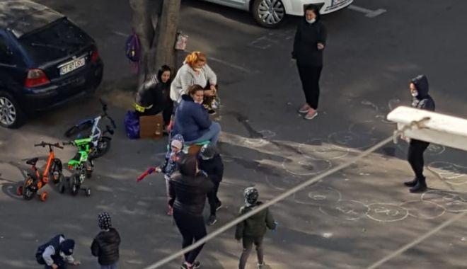 Inconștiență la Constanța. Mămici și copii, între blocuri, fără să respecte restricțiile de pandemie - inconstientalaconstanta-1587566537.jpg