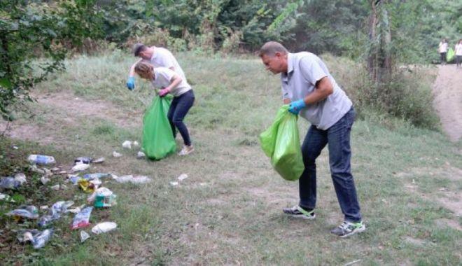 Președintele Klaus Iohannis merge să strângă gunoaie de pe râul Argeș - iohannisactiunedecurateniecernic-1623226471.jpg