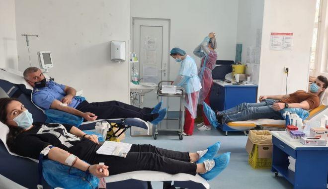 Jandarmii, salvatori de viață! Voi ați donat sânge? - jandarmidonareprint1-1618150167.jpg