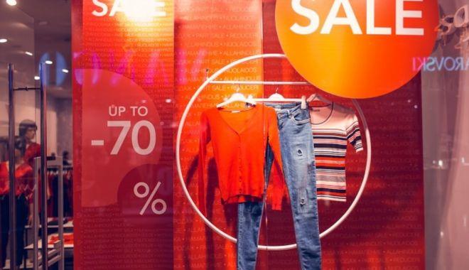 Reduceri record în magazine! Comercianții lasă la preț numai și numai să scape de marfă! - jos-1613069649.jpg