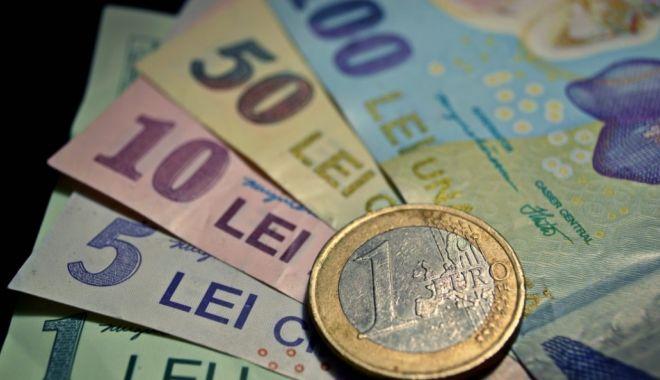 Foto: Leul se întărește față de euro și francul elvețian, dar pierde la dolar