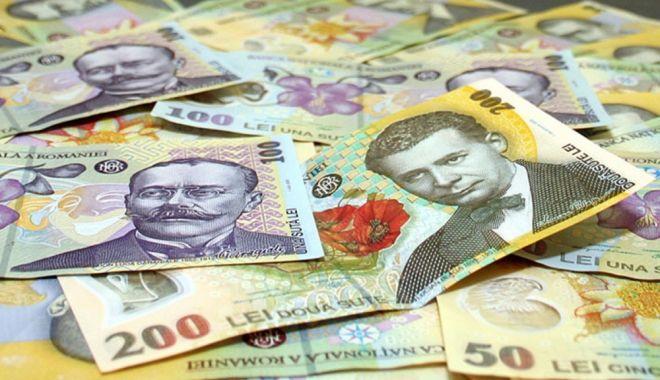 Foto: Leul pierde la euro și franc elvețian, dar câștigă la dolar