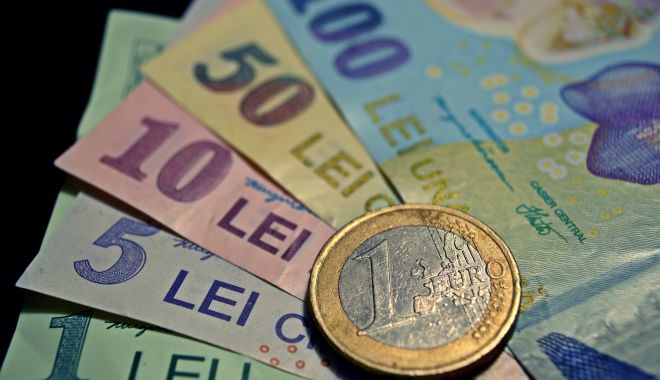 Foto: Leul ciupește din euro, dar e mușcat adânc de dolar și franc elvețian