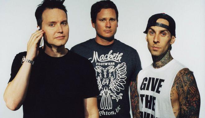 Basistul trupei Blink-182, Mark Hoppus, suferă de cancer - markhoppustravisbarkertomdelonge-1626616291.jpg