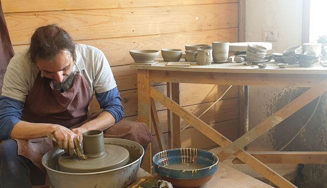 Demonstraţii ale meșterilor olari, în faţa Muzeului de Artă Populară - mestesuguri-1626279097.jpg