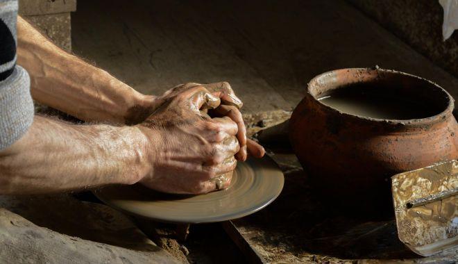 Demonstraţii ale meșterilor olari, în faţa Muzeului de Artă Populară - mestesuguri2-1626279082.jpg