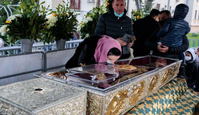 Peste 52.000 de pelerini au venit la Mitropolia Moldovei să se închine la moaştele Sfintei Cuvioase Parascheva - moaste-1634138193.jpg