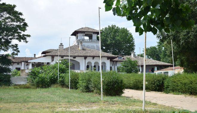 Istorie batjocorită, în Mamaia. Castelul regal, ferecat şi lăsat pradă ruinei - palatulregal10-1626378143.jpg