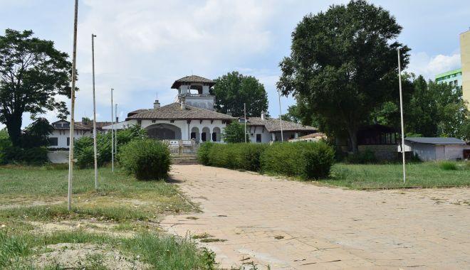 Istorie batjocorită, în Mamaia. Castelul regal, ferecat şi lăsat pradă ruinei - palatulregal2-1626378045.jpg