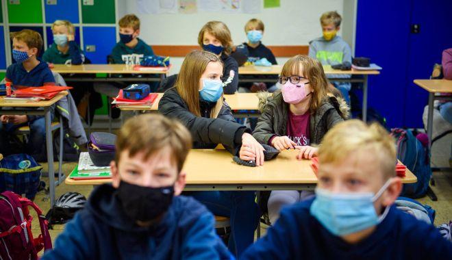 Părinţii cer închiderea şcolilor în localităţile cu incidenţă COVID mai mare de 6 - parintiicer-1633677743.jpg