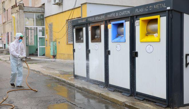 Foto: Platformele pentru colectarea gunoaielor, dezinfectate permanent, la Constanța