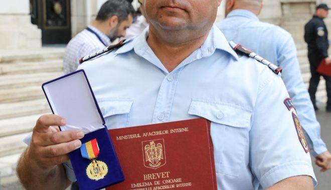 Pompier recompensat de ministrul Lucian Bode pentru intervenţia la explozia de la Petromidia - pompier1-1626700506.jpg