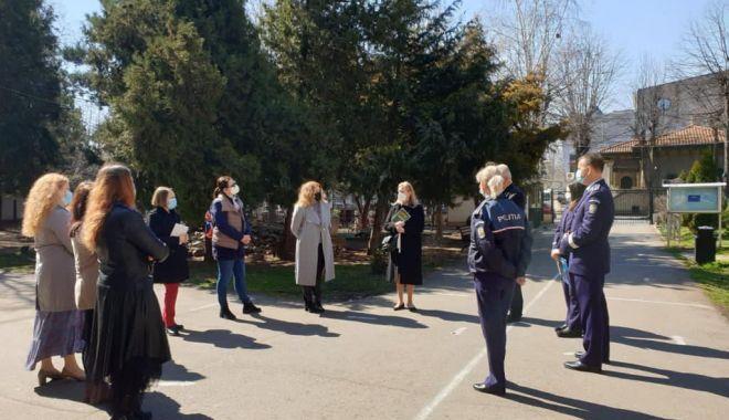 Elevii de la Colegiul Pedagogic au aflat despre Telefonul Copilului de la poliţişti - preveniretelefonulcopilului3-1617383564.jpg
