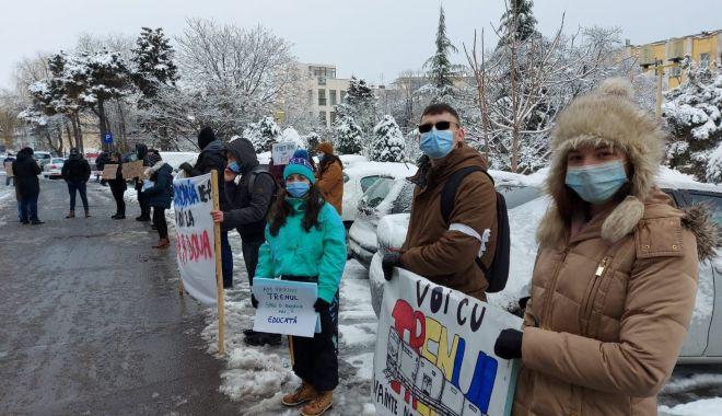 """Studenţii au protestat în faţa Prefecturii Constanţa. """"Pierdem trenul spre educaţie"""" - protest1-1613147527.jpg"""