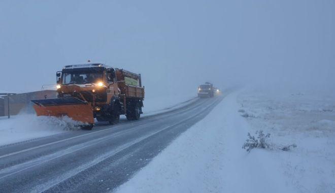 Strat de zăpadă consistent la Rânca, drumarii intervin cu utilajele. 11 județe din țară, sub Cod galben de ninsori - ranca-1605949379.jpg