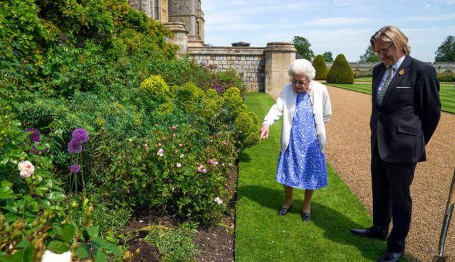 Regina Elisabeta a Marii Britanii a primit un trandafir denumit după regretatul său soţ - regina2-1623328135.jpg