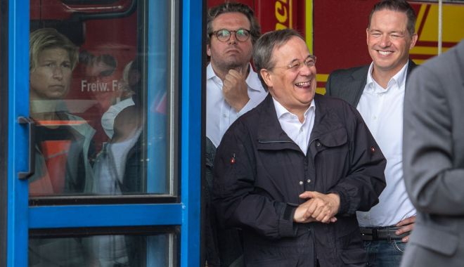 Scandal în Germania. Succesorul Angelei Merkel a râs în timpul unei vizite în zonele inundate - scandalingermania-1626626646.jpg