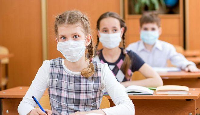 Sănătatea pe primul plan! Separatoare de plexiglas în clasele şcolilor constănţene