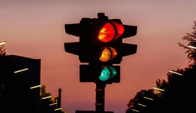 Răzbunare: o femeie din China a luat mașina fostului iubit și a trecut de 49 de ori pe roșu - semaforrosu-1626615563.jpg