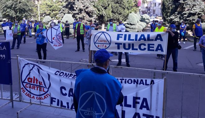 """Sindicaliștii au protestat sub geamul prefectului împotriva """"abuzurilor"""" de la CSCT - sindicalittiiauprotestatsubgeamu-1602094402.jpg"""