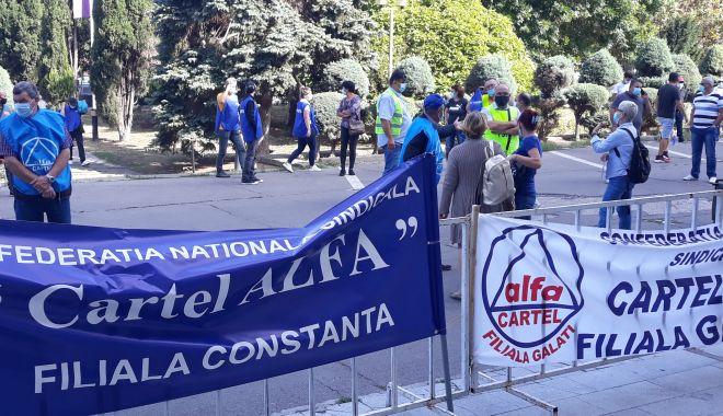 """Sindicaliștii au protestat sub geamul prefectului împotriva """"abuzurilor"""" de la CSCT - sindicalittiiauprotestatsubgeamu-1602094420.jpg"""